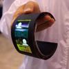 半導体エネルギー研究所が開発する「曲がる電池」を搭載した有機ELフレキシブルディスプレイ